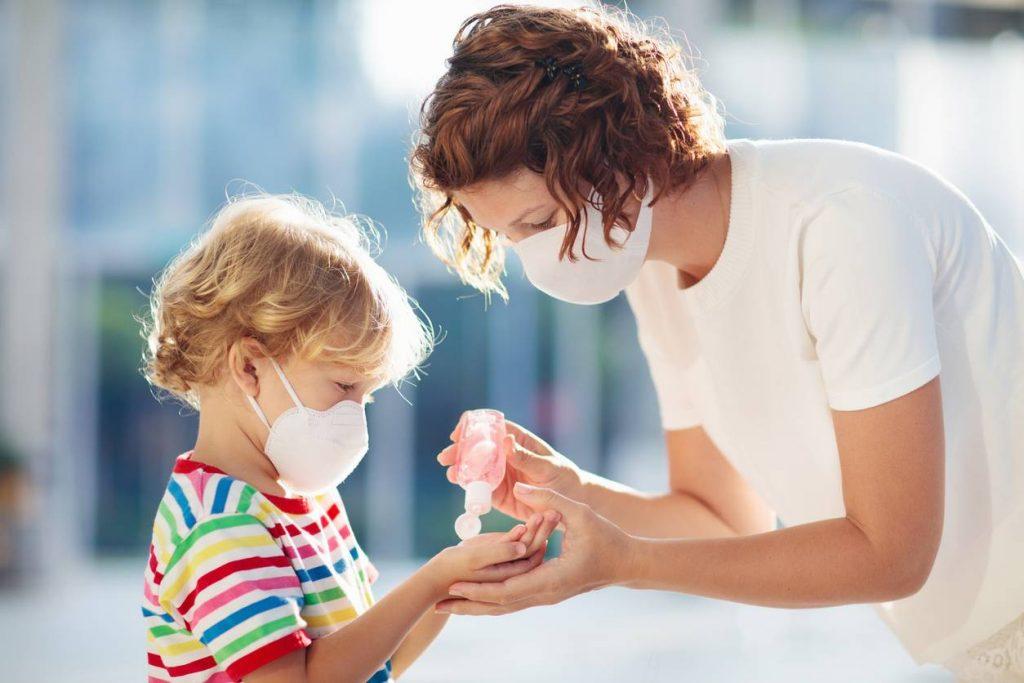Le gel pour nettoyer les mains des enfants